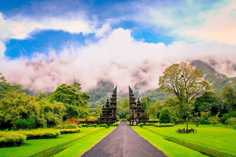 indonesia bali puertas templo hindu